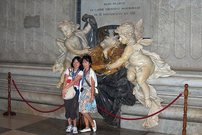 Toeristen in de Sint-Pieter, vaticaanstad, Rome; Tourists in the Basilica of Saint Peter, Rome