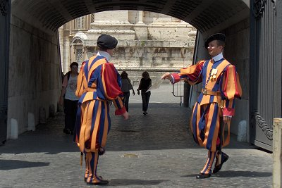 Zwitserse gardisten in Vaticaanstad, Rome; Swiss guards in the Vatican, Rome.