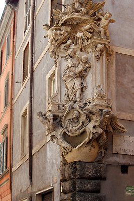 Mariabeeld in Rome; Maria statue in Rome, Italy