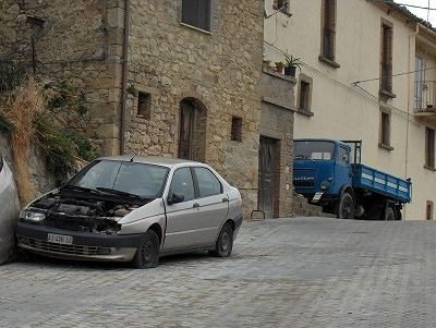 Autowrak in Carunchio (Abruzzen, Italië); Car wreck in Carunchio (Abruzzo, Italy)