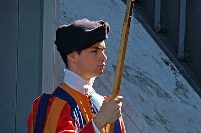 Zwitserse gardist in Vaticaanstad, Rome; Swiss guard in the Vatican, Rome