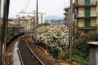 Trein die Florence uitrijdt (Toscane, Italië); Train leaving Florence (Tuscany, Italy)