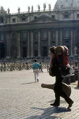 Govert op het Sint-Pietersplein (Rome); Backpacker on Saint Peter