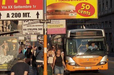 Stadsbus in Genua; Bus-stop in Genoa