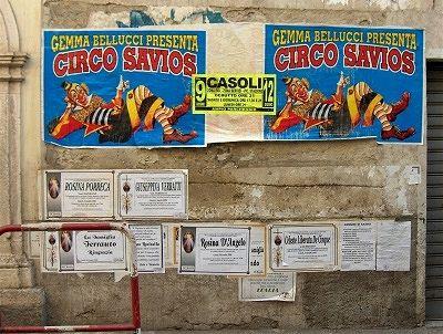 Aanplakbiljetten in Casoli (Abruzzen, Italië); placards in Casoli (Abruzzo, Italy)