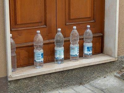 Waterflessen in Colledimezzo (Abruzzen, Italië); Water bottles in Colledimezzo ( Abruzzo, Italy)