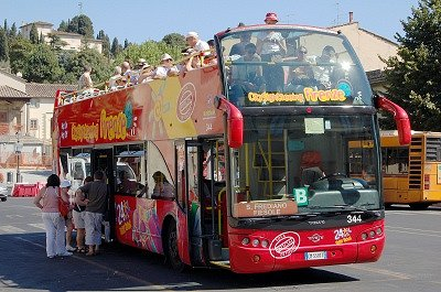 Bus voor stadsrondrit (Fiesole, Italië); Sightseeing bus (Fiesole, Italy)