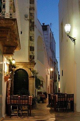 Terrasje in Locorotondo (Apulië, Italië); Terrace in Locorotondo (Apulia, Italy)