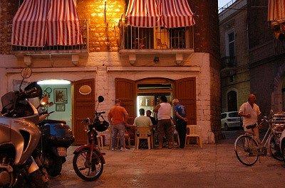 Bar in Barivecchia (Bari, Apulië, Italië); Bar in Barivecchia (Bari, Apulia, Italy)