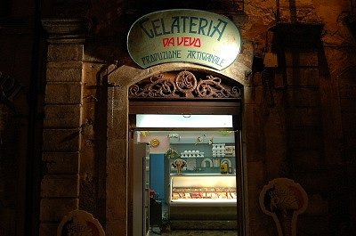 Ijssalon in Tagliacozzo (Abruzzen, Italië); Ice-cream parlour in Tagliacozzo (Abruzzo, Italy)