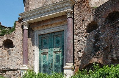 Tempel van de vergoddelijkte Romulus (Rome).; Temple of the Divine Romulus (Rome, Italy)