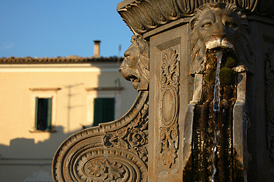 Fontein op het marktplein van Capestrano; Fountain on the market square of Capestrano