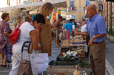 Markt in Popoli (PE, Abruzzen, Italië); Market in Popoli (PE, Abruzzo, Italy)