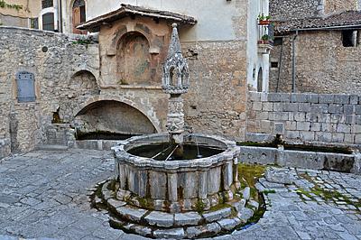 Fontein van Fontecchio (AQ, Abruzzen, Italië); Fountain in Fontecchio (AQ, Abruzzo, Italy)