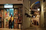 Tijdschriftenwinkel Locorotondo (Apulië, Italië); Newspaper-shop in Locorotondo (Apulia, Italy)