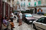 Voor de bar (Giovinazzo, Apulië, Italië); In front of the Bar (Giovinazzo, Apulia, Italy)