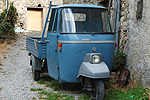 Vespacar in Bajardo (IM, Ligurië, Italië); Piaggio Ape in Bajardo (IM, Liguria, Italy)
