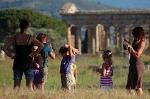 Bezoekers van Paestum (Campanië. Italië); Visitors of Paestum (Campania, Italy)