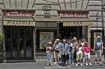 Toeristen voor een oversteekplaats; Tourists waiting at a zebra crossing